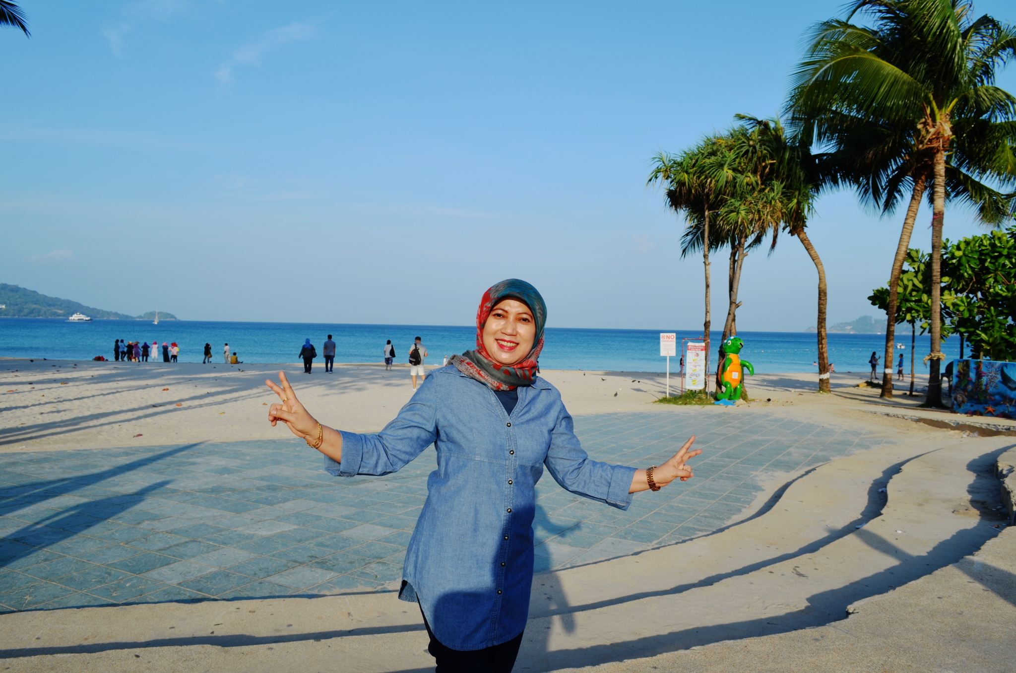 Di hari terakhir kami menyempatkan diri mengunjungi Patong Beach yang ...