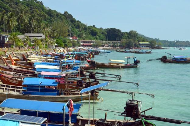 Perahu-perahu yang siap untuk disewa mengelilingi pulau