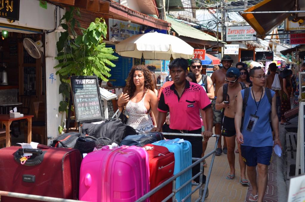Para porter pun sibuk membawa barang-barang turis