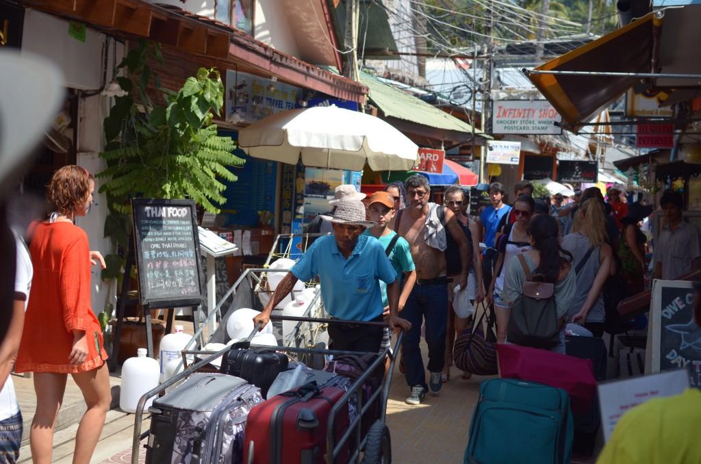 Para porter banyak lalu lalang bersemangat membawakan barang-barang para turis