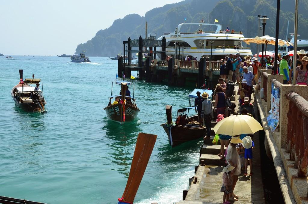 Kita bisa menyewa perahu untuk mengelilingi Pulau Phi Phi Dong atau Phi Phi Leh