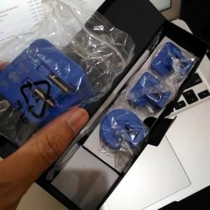 Dilengkapi kabel USB dan charger dengan kepala colokan 3 model